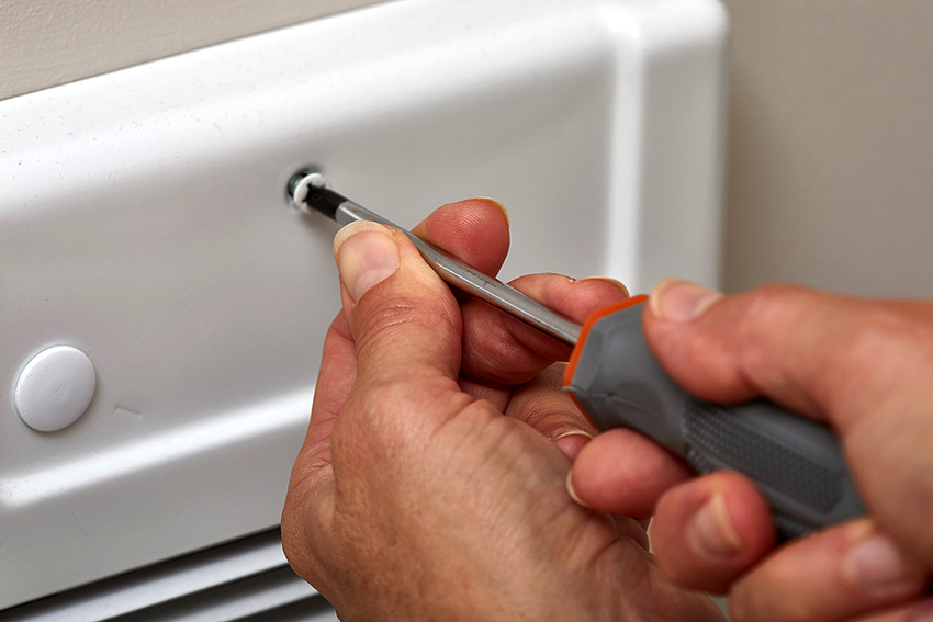 Водопроводные трубы можно замаскировать гипсокартоном с дверцей-жалюзи