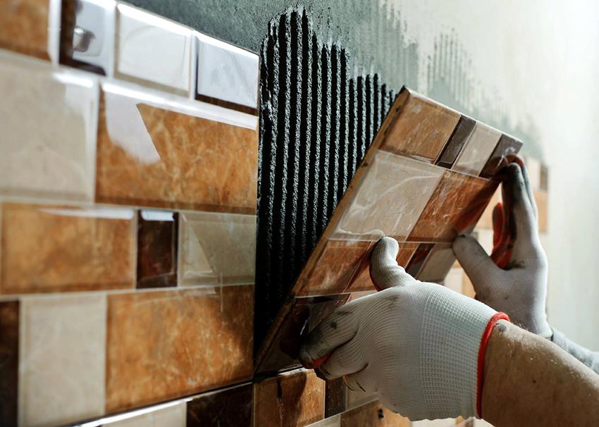 Чаще всего для облицовки стен ванной комнаты с душевой кабиной используется керамическая плитка