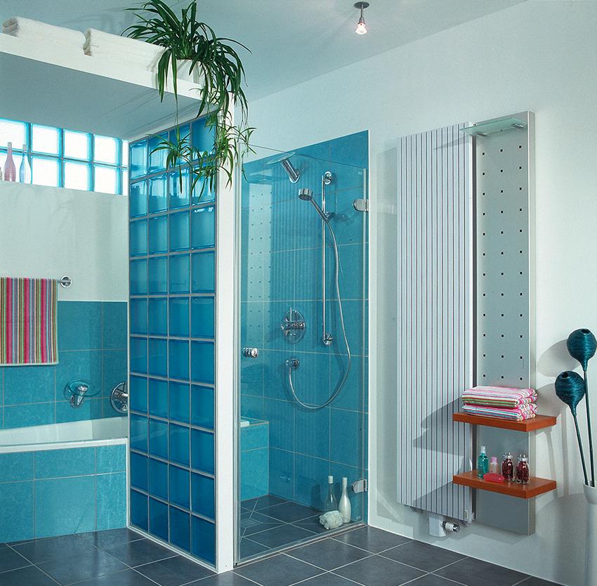 Оригинально и стильно будет выглядеть душевая, стенки которой сделаны из стеклоблоков