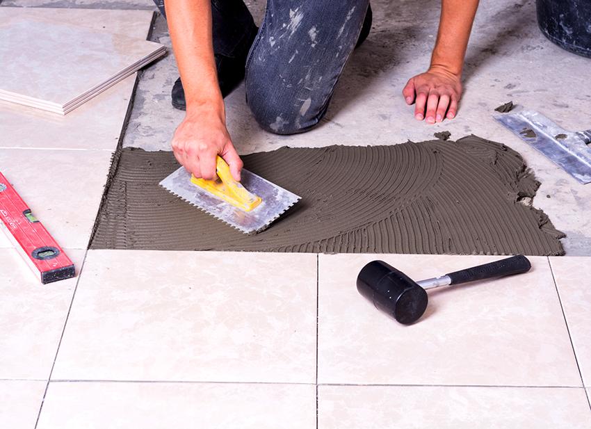 Если для облицовки пола ванной будет использоваться плитка, желательно, чтобы она имела противоскользящее покрытие
