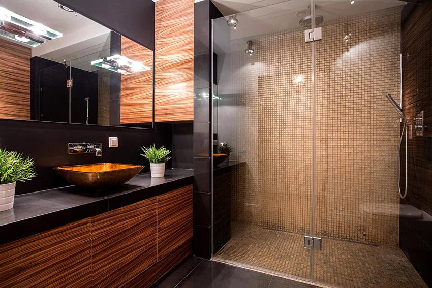 При выборе душевой кабины в первую очередь нужно учитывать габариты ванной комнаты