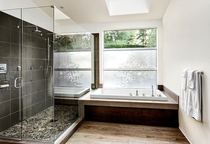 Благодаря герметичным дверям кабины во время принятия душа не разбрызгивается вода по комнате
