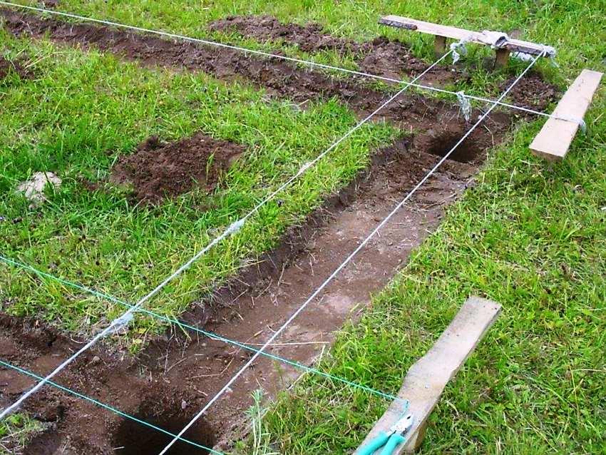 В процессе организации фундамента дровника для каждого столба подготавливается яма