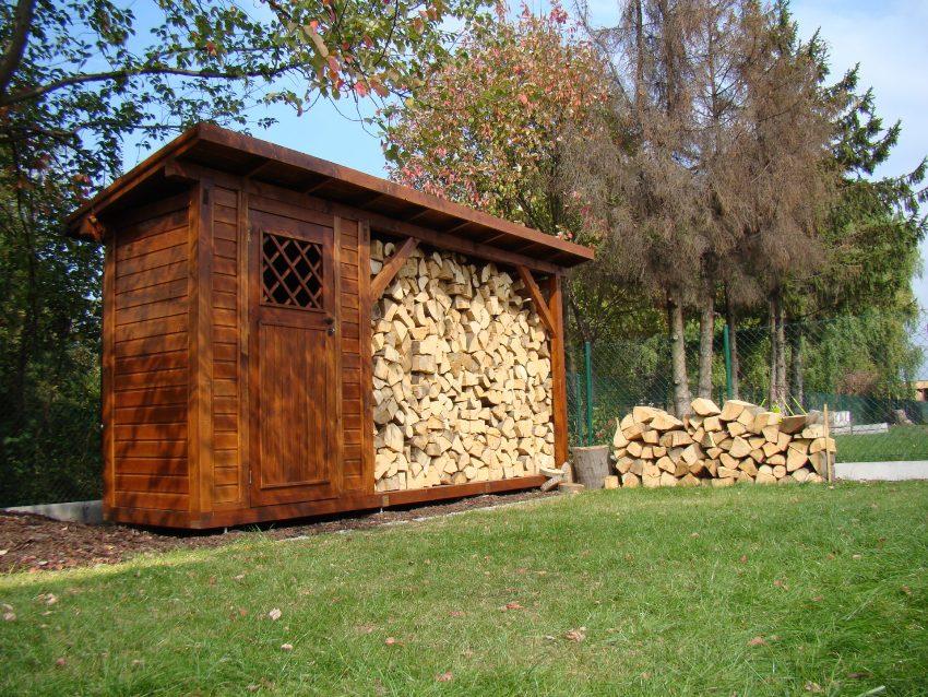 Деревянные детали каркаса дровника рекомендуется обработать специальными пропитками, чтобы продлить срок его эксплуатации