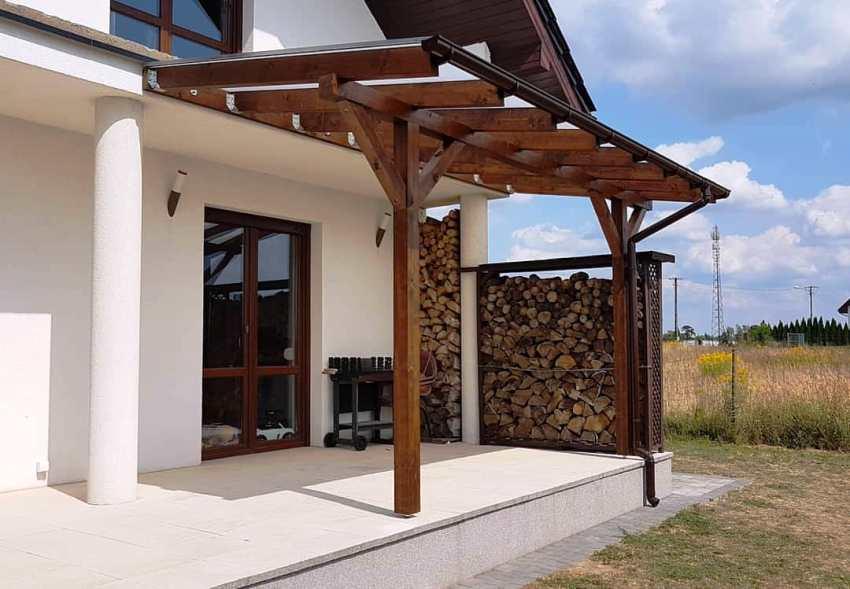 Если правильно расположить дрова в поленнице, то можно значительно увеличить ее вместительность