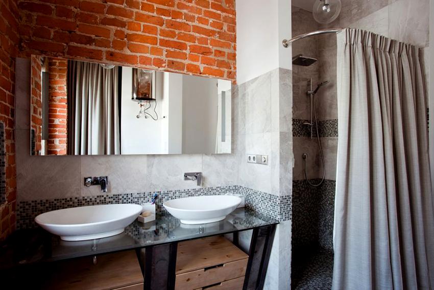 Для организации ниши в углу ванной можно возвести стену из гипсокартона и завесить ее ширмой
