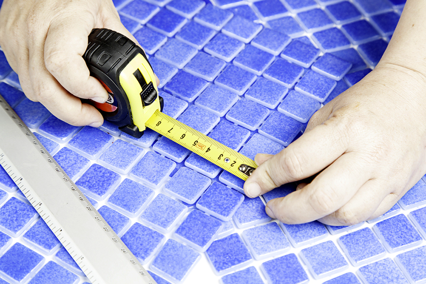 Перед монтажом плитки необходимо сделать разметку ее расположения на полу