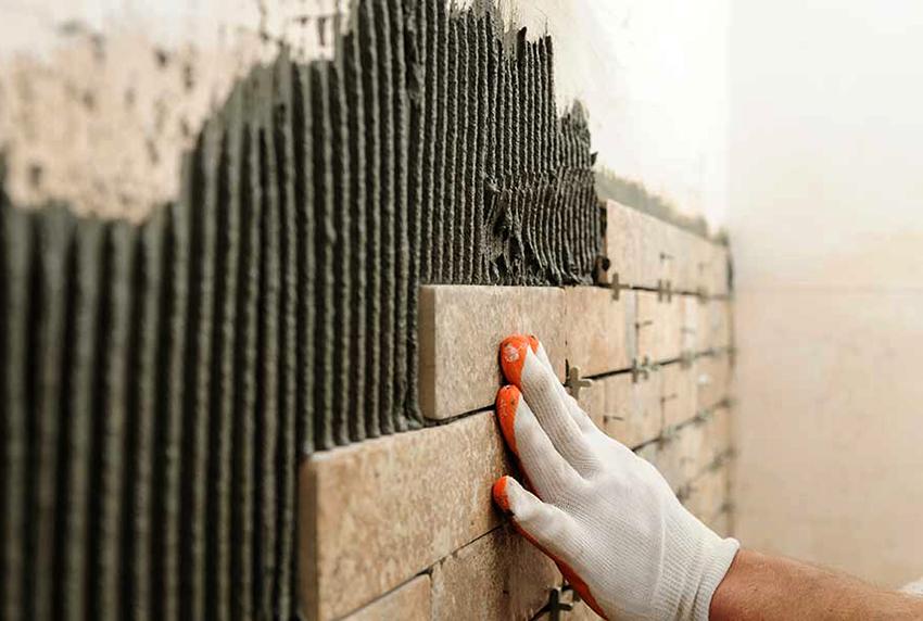 Для облицовки стен в душевой комнате подойдет плитка или камень