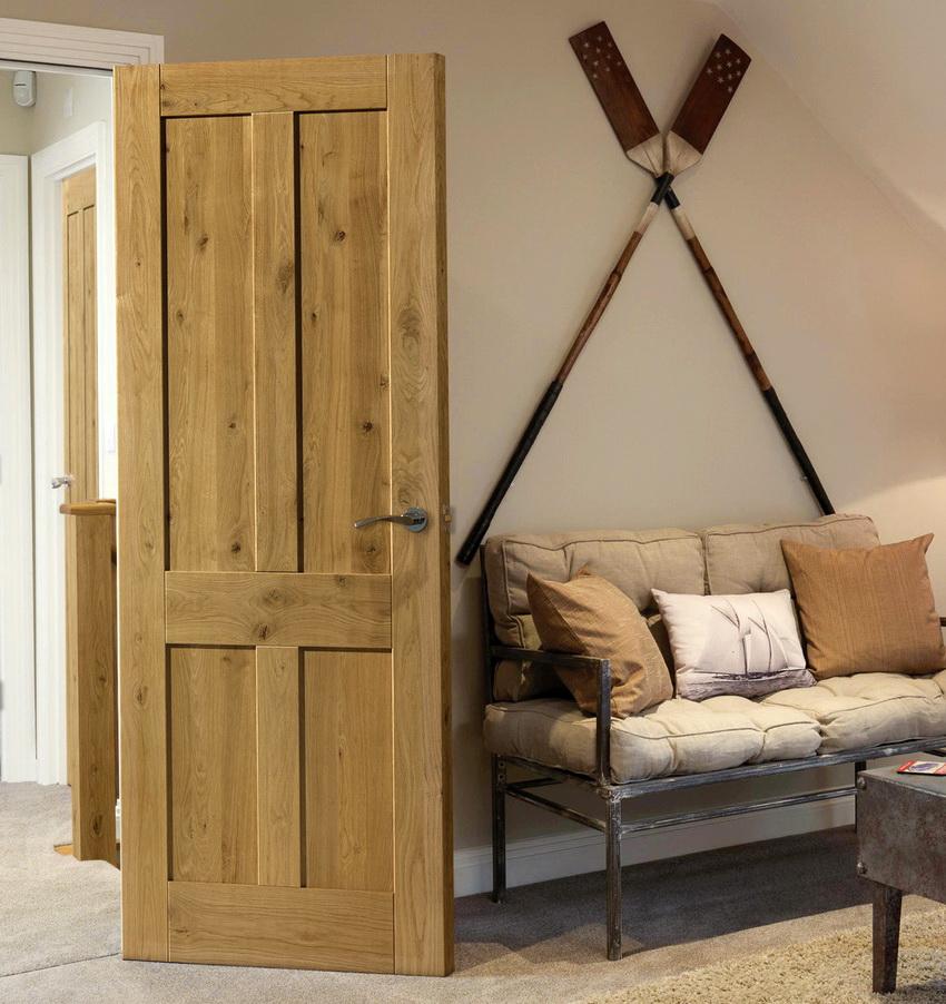 Помимо внешнего вида, деревянная дверь отличается прочностью, надежностью и длительным сроком эксплуатации