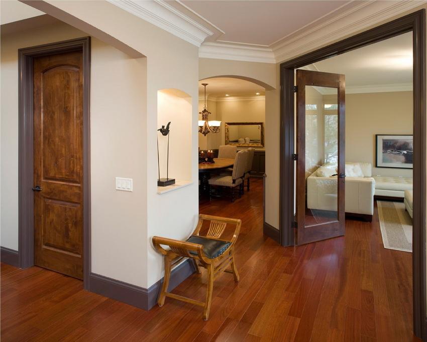 Некоторые породы деревьев устойчивы к влаге, другие наоборот, поэтому следует взвешенно подходить к выбору дверей для разных типов комнат