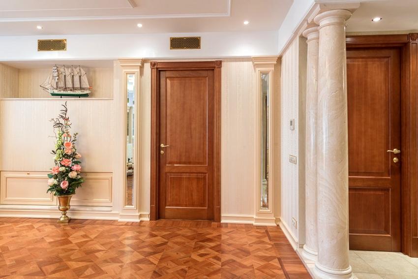 Классическая дверь из натурального дерева украсит любой интерьер и сделает его более солидным
