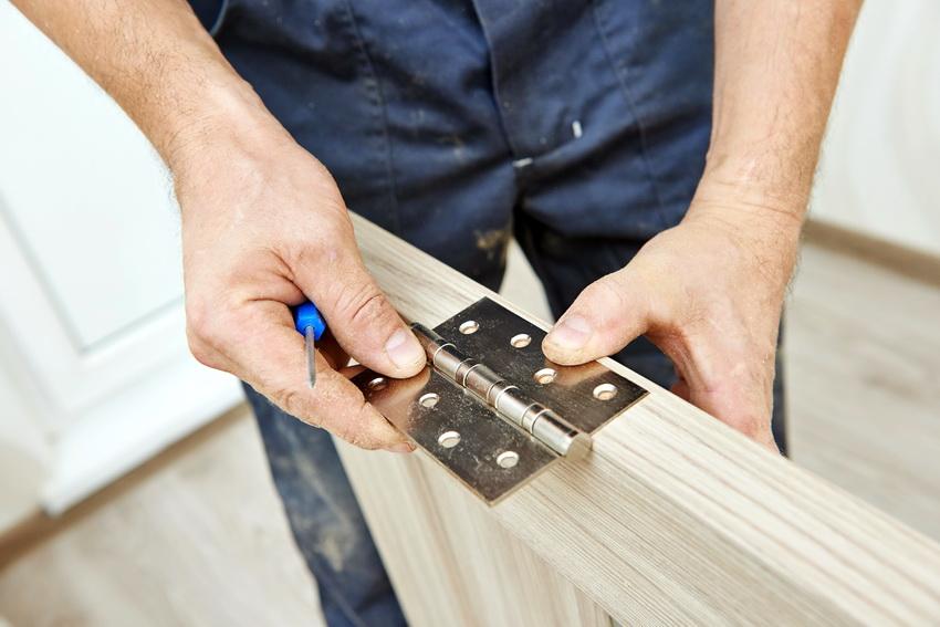 Для того чтобы деревянная дверь прослужила дольше для нее нужно выбирать качественную фурнитуру