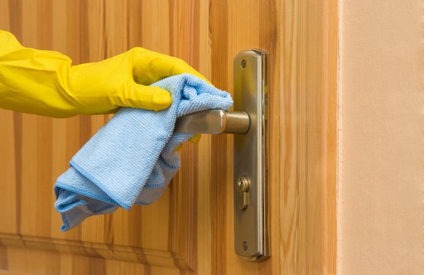 Деревянные двери не требовательны в уходе - их достаточно периодически протирать и смазывать петли