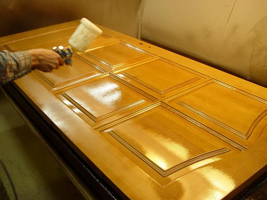 Покрытие двери лаком защищает поверхность от механических повреждений и продлевает срок ее службы