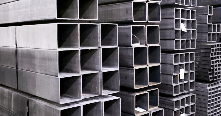 Большой популярностью в строительной сфере пользуются профильные трубы квадратного сечения, они бываю горячекатаными и холоднокатаными