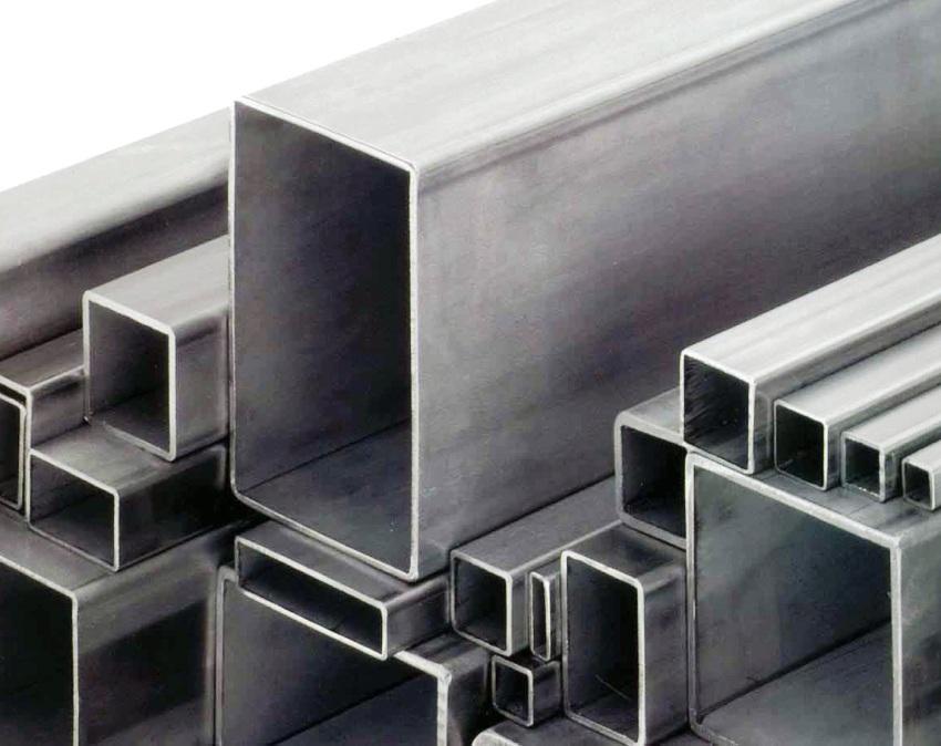 Производство труб со сварным швом основывается на сворачивании плоского листа из стали и сваривания ее стыков