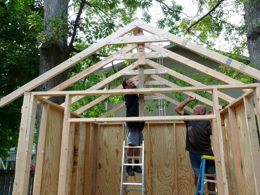 Установка каркаса крыши хозблока - важный этап, имеющий прямое влияние на срок службы строения