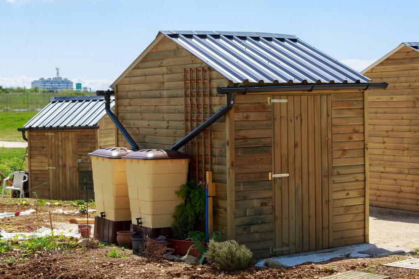 Для укрытия хозблока используют те же материалы, что и для крыши дома