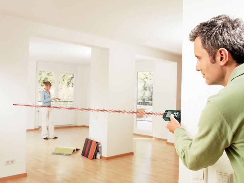 Для более удобного измерения стен можно использовать лазерный уровень