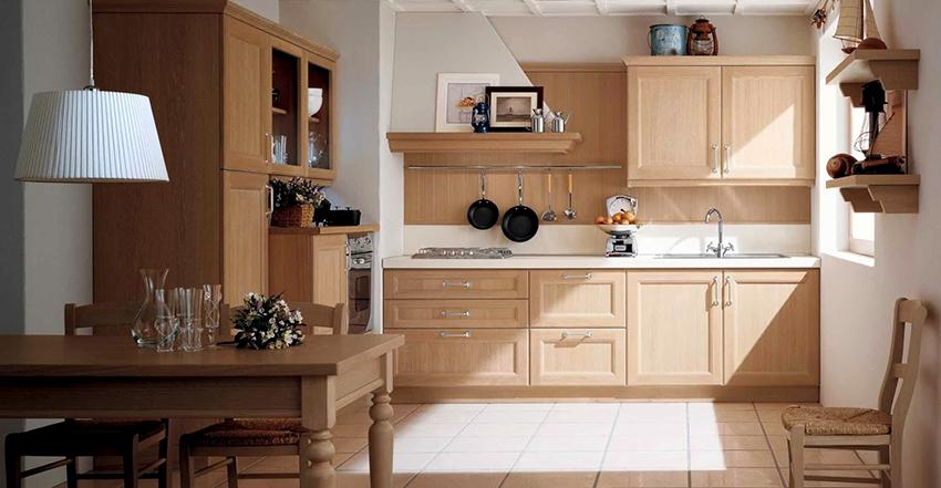 Пример расположения вытяжки и короба в кухне с вентиляционной шахтой в углу