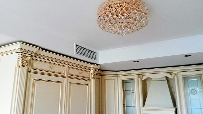Прямоугольные короба удобно размещать над мебелью, они гармонично смотрятся в малогабаритных кухнях