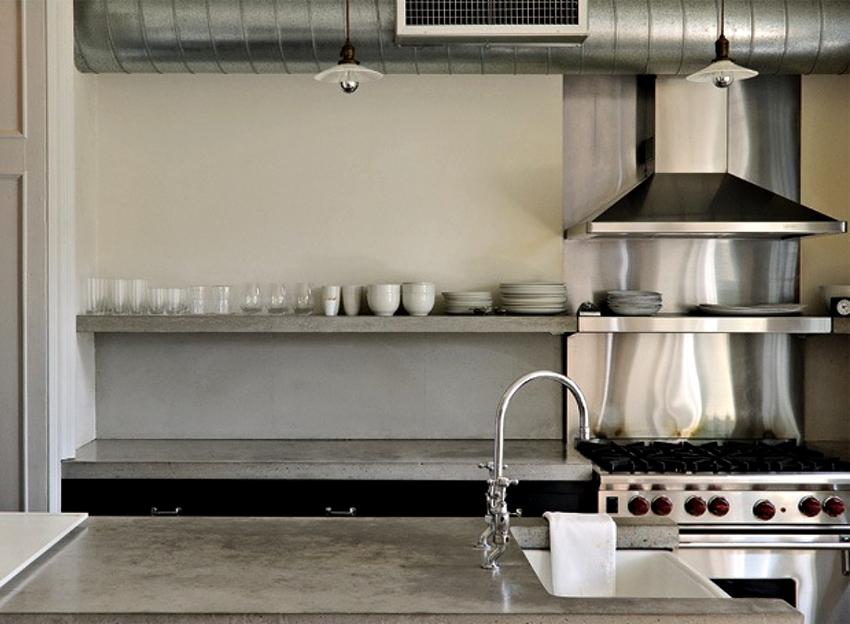 Главные признаки плохой работы вентиляции – это затхлый запах в кухне, плесень и грибок на стенах