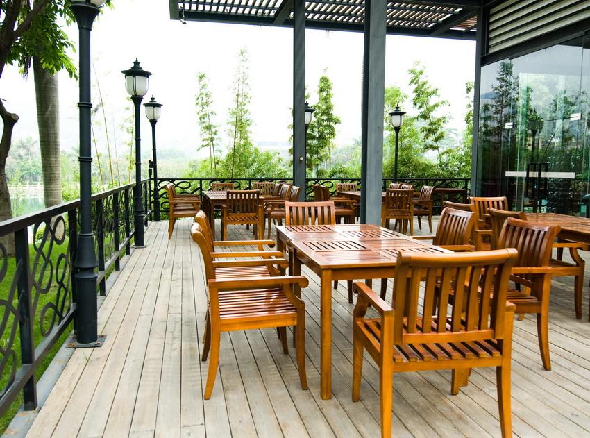 Кресла из дерева превосходно смотрятся на открытых верандах и патио
