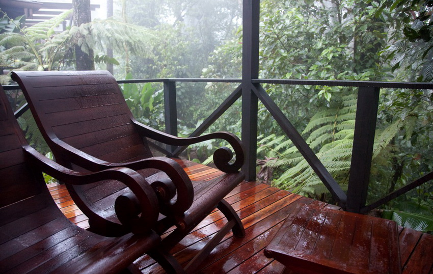 Для того чтобы деревянные кресла хорошо переносили влагу их необходимо обрабатывать специальными составами