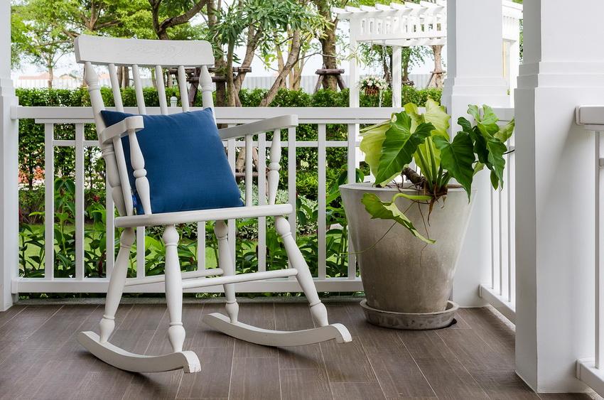 Часто кресло-качалка устанавливается на веранде или в саду
