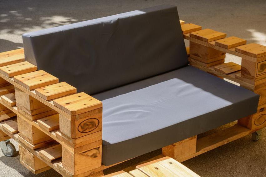Красивое кресло для сада или дворика несложно изготовить самостоятельно из деревянных паллет
