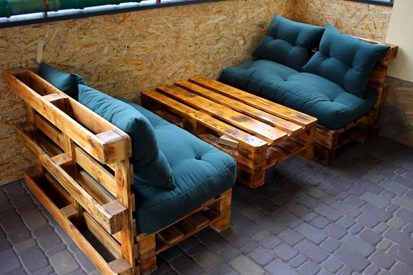 Деревянные поддоны прекрасно подходят для изготовления стильной современной садовой мебели