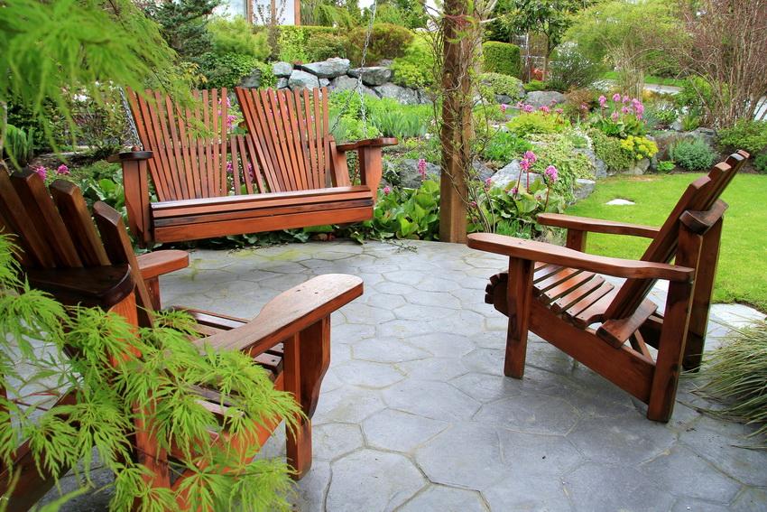 Кресло из дерева - это не только функциональный предмет мебели, но и украшение участка или интерьера