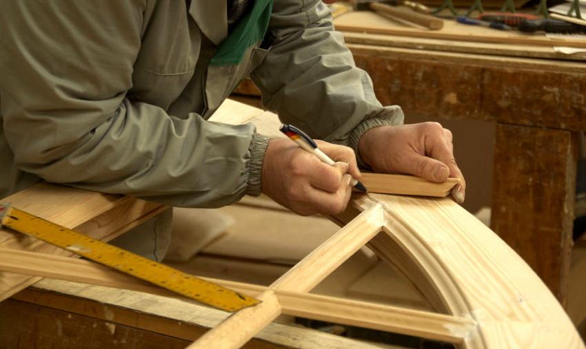 Обладая некоторыми столярными навыками и набором нужных инструментов, круглый стол несложно изготовить и самостоятельно
