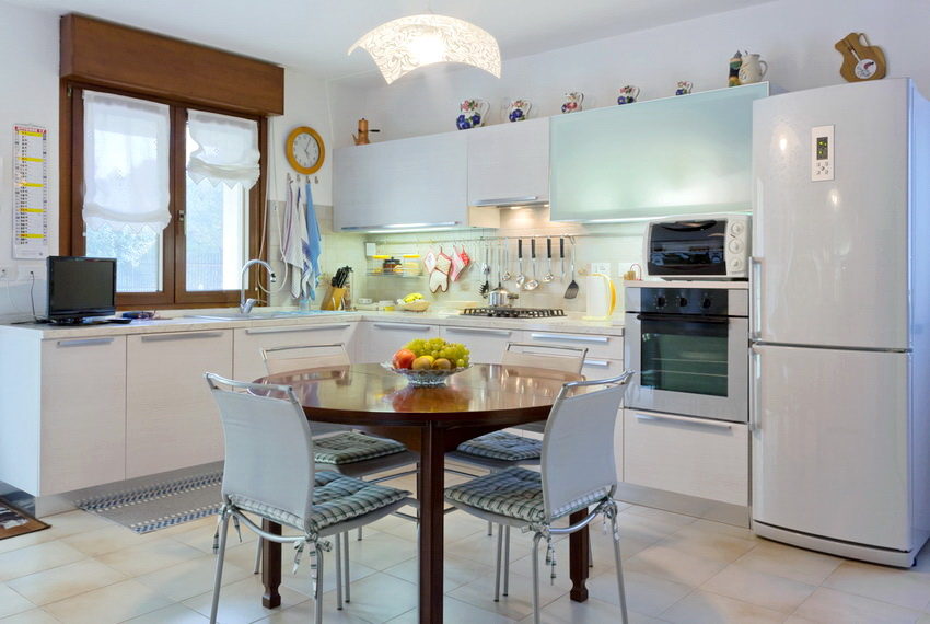 Деревянный стол для кухни часто изготавливают из массива или из производных материалов, таких как ДСП и МДФ