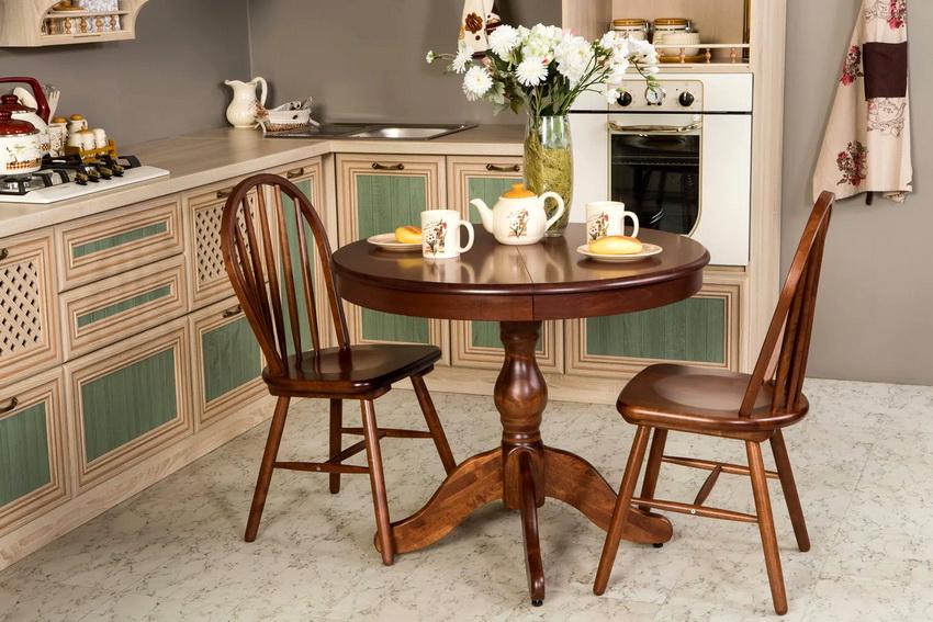 Даже самый простой стол из дерева создает атмосферу уюта и гармонии на кухне