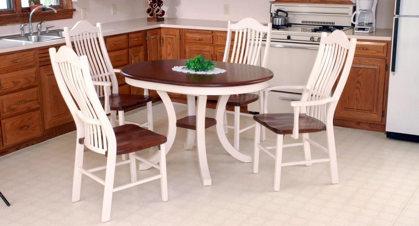 Часто стулья изготавливают из тех же материалов и в том же стиле, что и стол