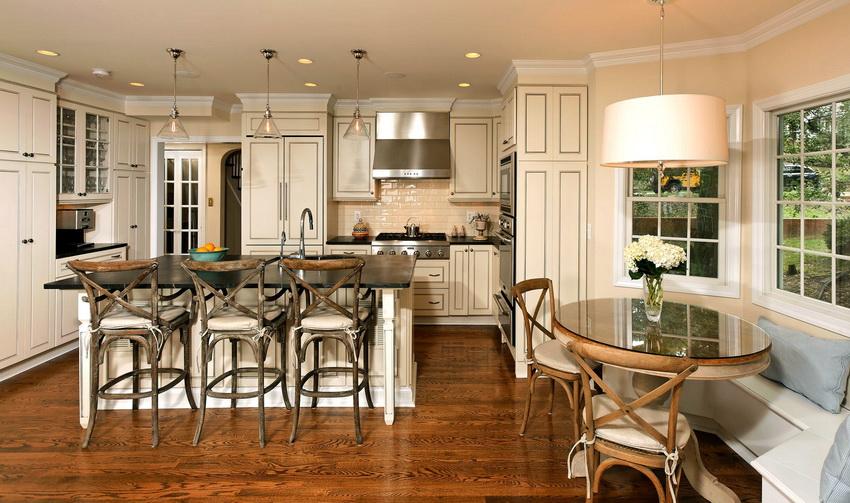 Нередко круглый стол входит в кухонный уголок и создает с ним единую композицию