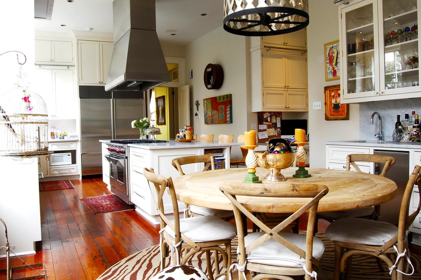 Расположение стола на кухне также имеет важное значение для общего интерьера