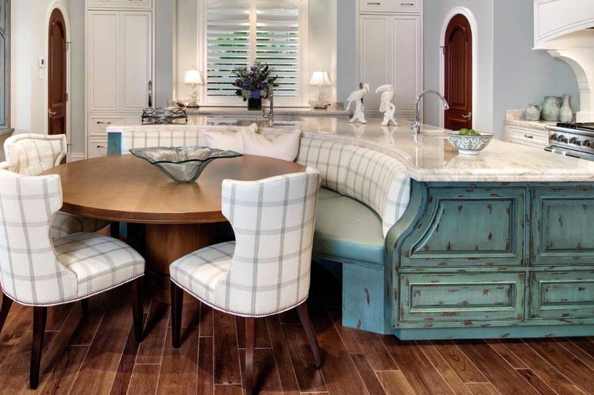 Есть варианты размещения круглого стола, совмещенного с кухонной мебелью