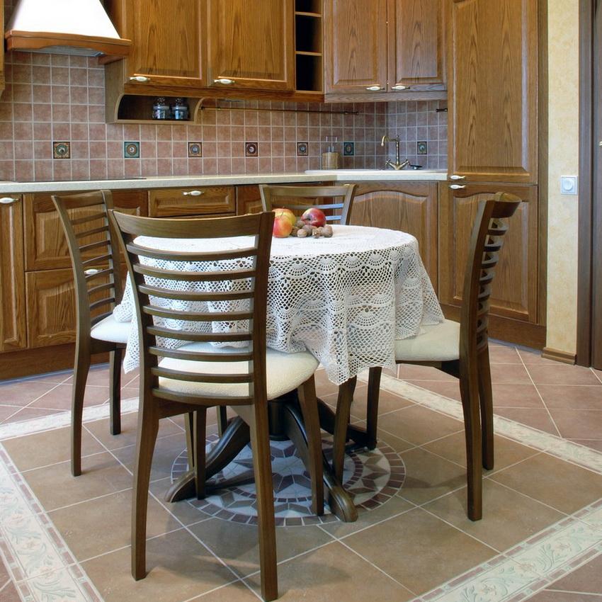 Наиболее удачное расположения круглого стола, если позволяет пространство - в центре кухни