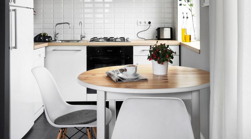 При недостатке места на кухне стол располагают у стены