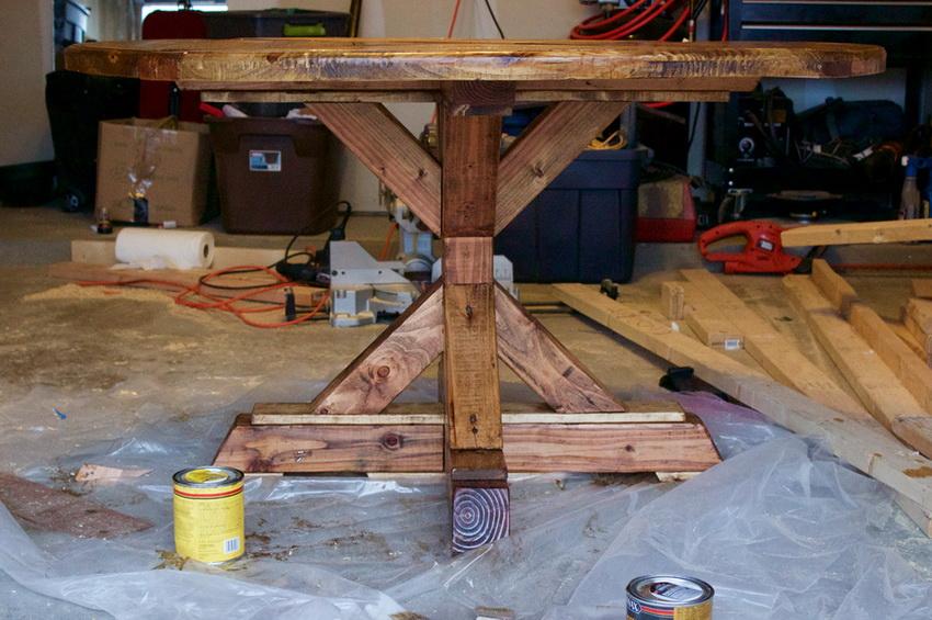 После изготовления круглого стола из дерева своими руками необходимо покрыть изделие лакокрасочными материалами, чтобы увеличить срок его службы
