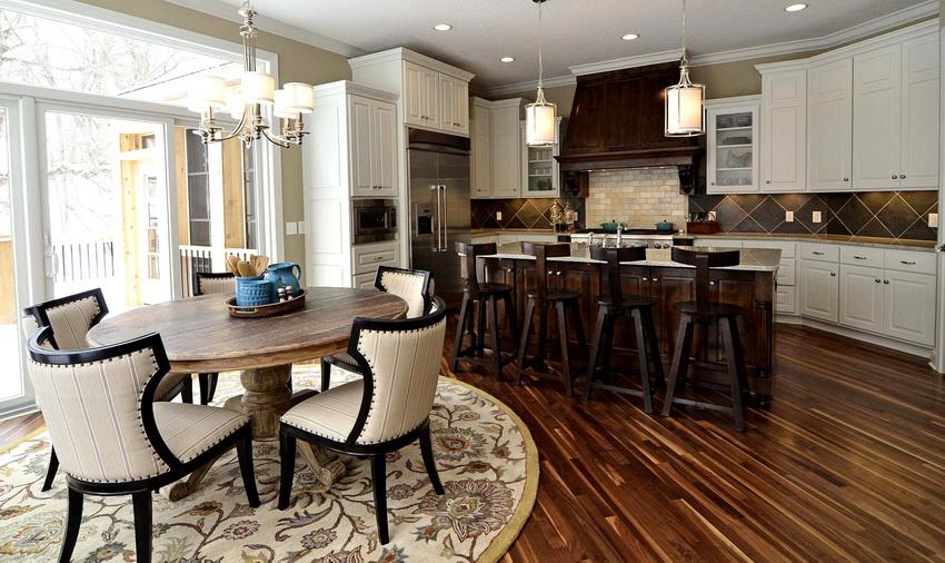 Круглый стол рекомендуется устанавливать на некотором расстоянии от рабочей зоны кухни