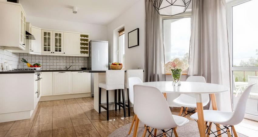 Белый стол весьма требователен в уходе, но создает праздничную обстановку на кухне