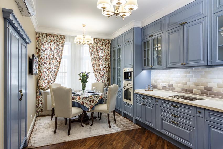 Правильно подобранный декор позволяет создать единую композицию кухни с круглым столом