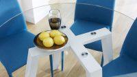 Можно сделать яркий акцент на круглом прозрачном столе, выбрав к нему цветные стулья
