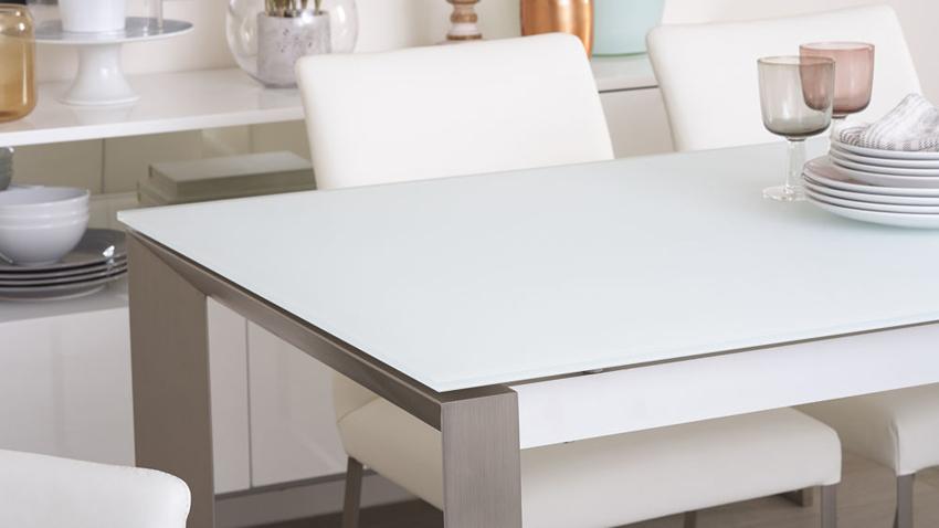 При самостоятельном изготовлении стеклянного стола для кухни лучше использовать матовое стекло: на нем не будут заметны царапины, случайно оставленные при сборке конструкции