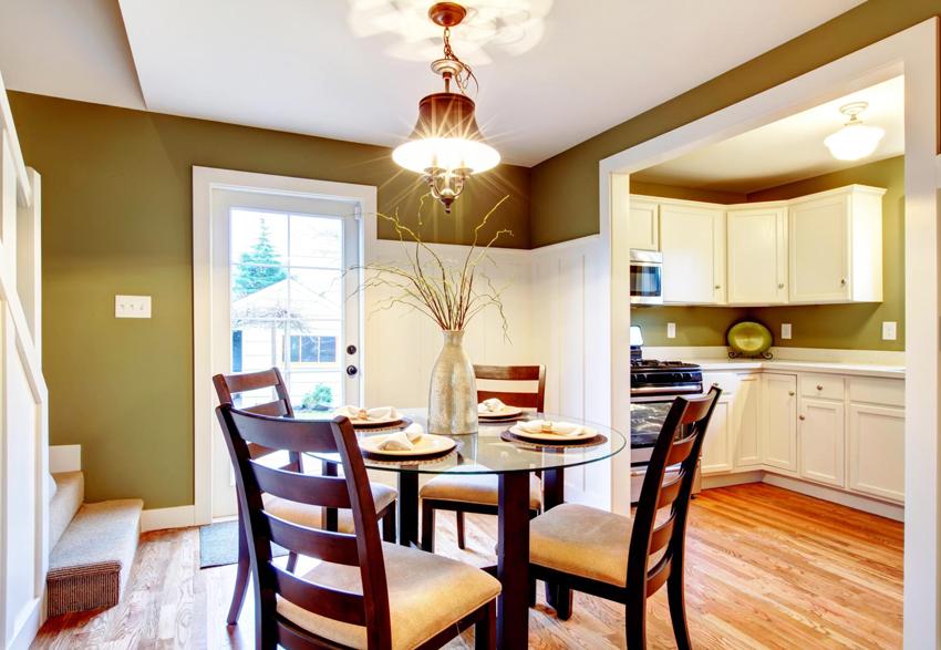 Когда кухонный стеклянный стол будет готов, лучше сразу положить салфетки или накрыть скатертью во избежание царапин