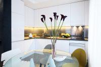 Стеклянный стол - весьма удачный выбор для небольшой кухни