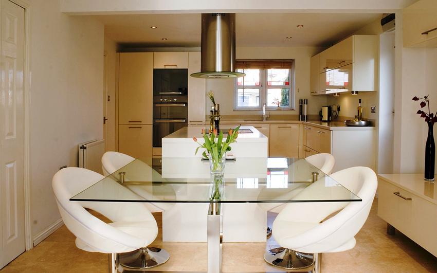 Одно из преимуществ стеклянного стола для кухни - экологичность